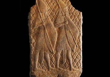 Relieve asirio con desfile de guerreros